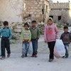 Des enfants syriens rentrant chez eux après avoir choisi des vêtements d'hiver grâce à un programme soutenu par l'UNICEF