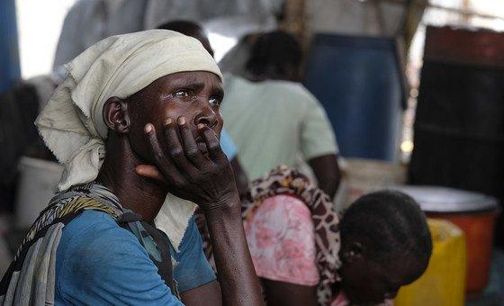 Retrato de una mujer residente en Wau Shilluk, Sudán del Sur. El conflicto la nación africana ha provocado la destrucción total de las viviendas, la escuela y el hospital.