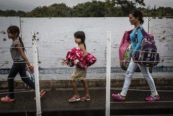 Crianças venezuelanas atravessam a ponte Simon Bolivar, para entrar na Colômbia