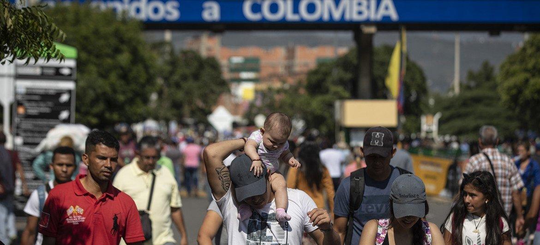 Refugiados y migrantes venezolanos cruzan el puente Simón Bolívar hacia Colombia.