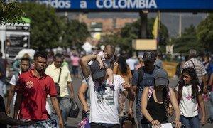 Жители Венесуэлы, где не хватает продовольствия, бегут в Колумбию. Армия не пропускает грузовики с гуманитарной помощью, из-за чего на границе произошли столкновения военных с оппозицией.
