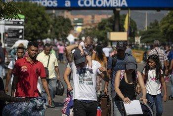 Des réfugiés et migrants vénézuéliens traversent le pont Simon Bolivar pour se rendre en Colombie. le pont est l'un des sept points d'entrée légaux à la frontière entre la Colombie et le Venezuela.