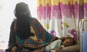 La pequeña Saba, junto a su madre, recuperándose de los efectos de la desnutrición en el centro sanitario Alzaidiah. Saba vive con sus padres, tres hermanos y seis hermanas. Todos están en riesgo de desnutrición debido a la guerra y a la falta de ingresos