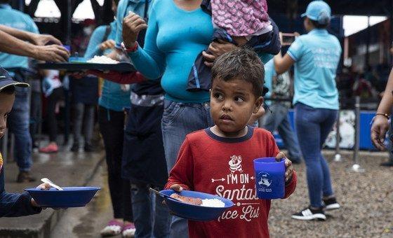 """Quanto à Venezuela, a chefe de direitos humanos disse tratar-se de um caso onde """"violações de direitos civis e políticos"""" podem acentuar a desigualdade e piorar as condições econômicas."""