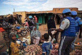 دورية لشرطة الأمم المتحدة في منطقة ميناكا في أقصى شمال شرق مالي. وتشهد المنطقة تصاعدا في انعدام الأمن جرّاء ازدياد وتيرة اعتداءات الجماعات الإرهابية والمسلحين من قطاع الطرق واللصوص