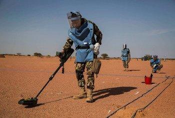 Daniel Craig chamou a atenção para os riscos ainda existentes em zonas de guerra e conflitos.