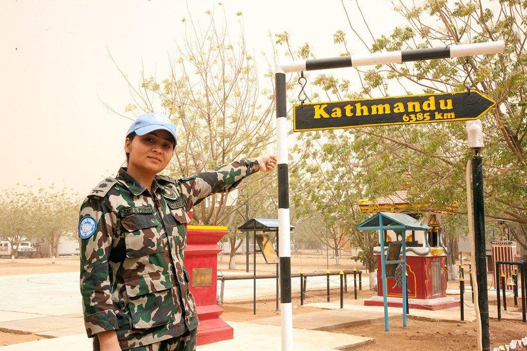 La capitaine Poonam Khadka lors de sa mission dans la région du Darfour, au Soudan.