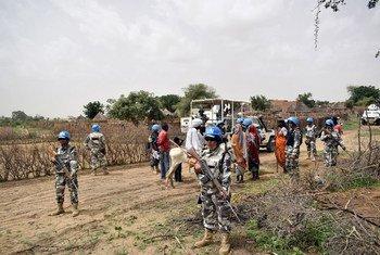 حفظة السلام باليوناميد من وحدة الشرطة النيبالية خلال دورية في حزيران/يونيو 2018 في ماستي غرب دارفور. كجزء من تفويضها لحماية المدنيين، تقوم البعثة المختلطة بدوريات يومية في مختلف القرى والمخيمات التي تؤوي النازحين داخلياً عبر دارفور بالسودان.