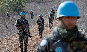 दक्षिण लेबनान में इसराइल से लगने वाली सीमा के पास पैदल गश्त लगाते नेपाली शांति सैनिक.