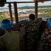 Des Casques bleus népalais surveille un site de protection des civils à Juba en mai 2015. Les forces népalaises aident à protéger les civils au Soudan du Sud en patrouillant dans tout le pays, facilitant ainsi l'acheminement de l'aide humanitaire