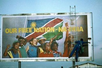 Борьба Намибии за независимость была в повестке дня ООН на протяжении 40 лет. Рабочий вешает рекламный щит, на котором говорится о независимости государства