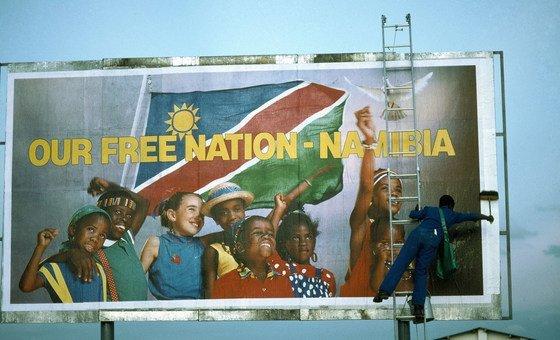纳米比亚争取独立的斗争在联合国议程上一度长达40多年。 照片显示了一名工人在温得和克附近为一个广告牌进行最后的润色,这幅广告牌宣布纳米比亚国家独立了。