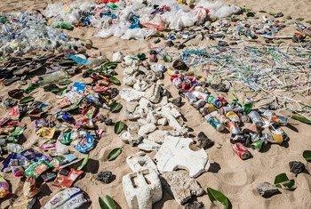 Basura recolectada en una playa de Bali, Indonesia.