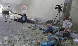 Un grupo de periodistas recibe ayuda de los civiles tras un ataque suicida en Kabul el 30 de abril de 2018.