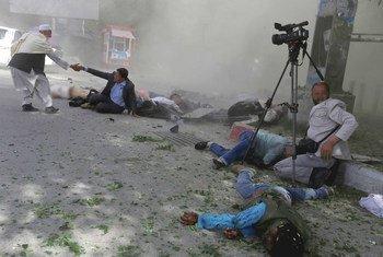 2018 год побил рекорд по количеству жертв среди гражданских лиц в Афганистане. Снимок сделан после взрывае террориста-смертника 30 апреля 2018 года.