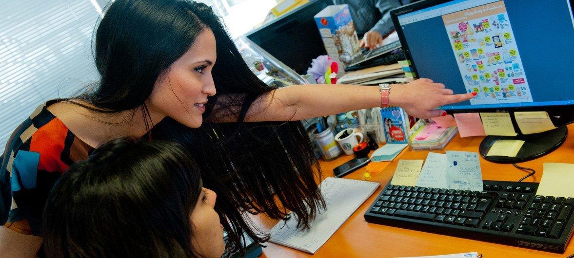 """سكينة (يسار) ومنى تعملان في قسم التسويق في مقر شركة """"لابيل في"""" في العاصمة المغربية الرباط."""