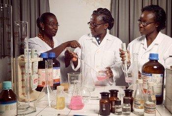 Profesa Amivi Kafui Tete-Benissan (kushoto) ambaye anafundisha biolojia na kemia kwenye chuo kikuu cha Lomé, Togo, pia ni mwanaharakati ambaye anachagiza wasichana kushirika kazi za sayansi.