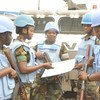 Des Casques bleus du bataillon ghanéen servant au sein de la Mission des Nations Unies en République démocratique du Congo (MONUSCO) se préparent à partir en patrouille dans la capitale Kinshasa en décembre 2015