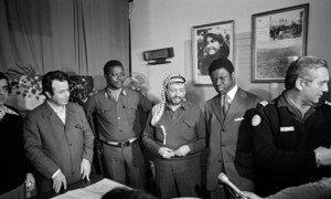 Yasser Arafat (katikati), Mwenyekiti wa Kamati kuu ya chama cha ukombozi wa Palestina (PLO) akizungumza na wanahabari mjini Beirut kufuatia kukubali kwake wito wa Katibu Mkuu wa Umoja wa Mataifa kusitisha mapigano kusini mwa Lebanon mwezi Machi mwaka 1978