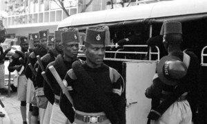 Vikosi vya kwanza vya Ghana vilivyotumwa kama sehemu ya operesheni ya walinda amani wa Umoja wa Mataifa kusaidia kurejesha utulivu nchini Jamhuri ya ya Congo ya zamani (ONUC). Pichani ni polisi wa Ghana mwezi August mwaka 1960 wakiwa mjini Leopoldville am