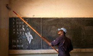 Mmoja wa wahandisi wa Ghana wanaohudumu katika ujumbe wa Umoja wa Mataifa wa kuweka utulivu nchini Mali, MINUSMA nchini Mali, akipaka rangi ukuta wa shule iliyoko Taliko, kwenye makazi duni katika viunga vya mji mkuu Bamako.