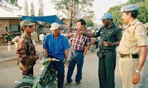 Maafisa wa jeshi la Umoja wa Mataifa waliokuwa wakihudumu na mamlaka ya mpito ya Umoja wa Mataifa nchini Cambodia UNTAC, wakielekeza vyombo vya usafiri katika mji mkuu Phnom Penh, mwezi Januari mwaka 1993.