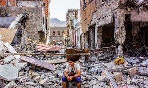 Jovem em área bombardeada na cidade de Aden, no Iêmen