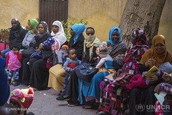 لاجئون سودانيون في مصر يزورون عيادة طبية في منطقة الزمالك في القاهرة لإجراء فحوصات لأطفالهم.