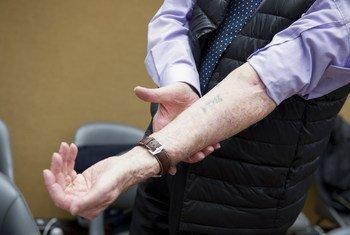 Le 28 janvier 2019, au Palais des Nations, à Genève, le survivant de l'Holocauste Benjamin Orenstein montre son bras marqué au fer à Auschwitz du 'matricule B4416'