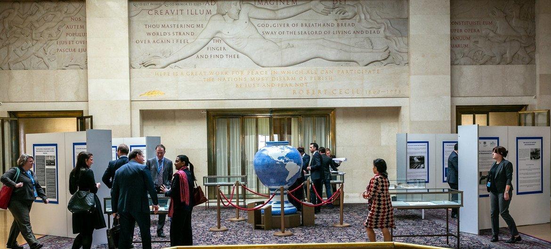 « Les nations doivent désarmer ou périr » : citation de Robert Cecil inscrite au-dessus de l'entrée de la Salle du Conseil du Palais des Nations à Genève où se tient la Conférence du désarmement.