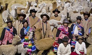 Existem cerca de 370 a 500 milhões de indígenas no mundo, espalhados por 90 países. Eles vivem em todas as regiões geográficas e representam 5 mil culturas diferentes.