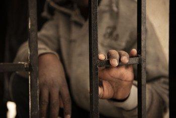 Issaa mhamiaji kutoka Niger mwenye umri wa miaka 14 akiwa kizuizini nchini Libya Januari 2017. Alikamatwa wakati akijaribu kupanda boti kuelekea Italia.