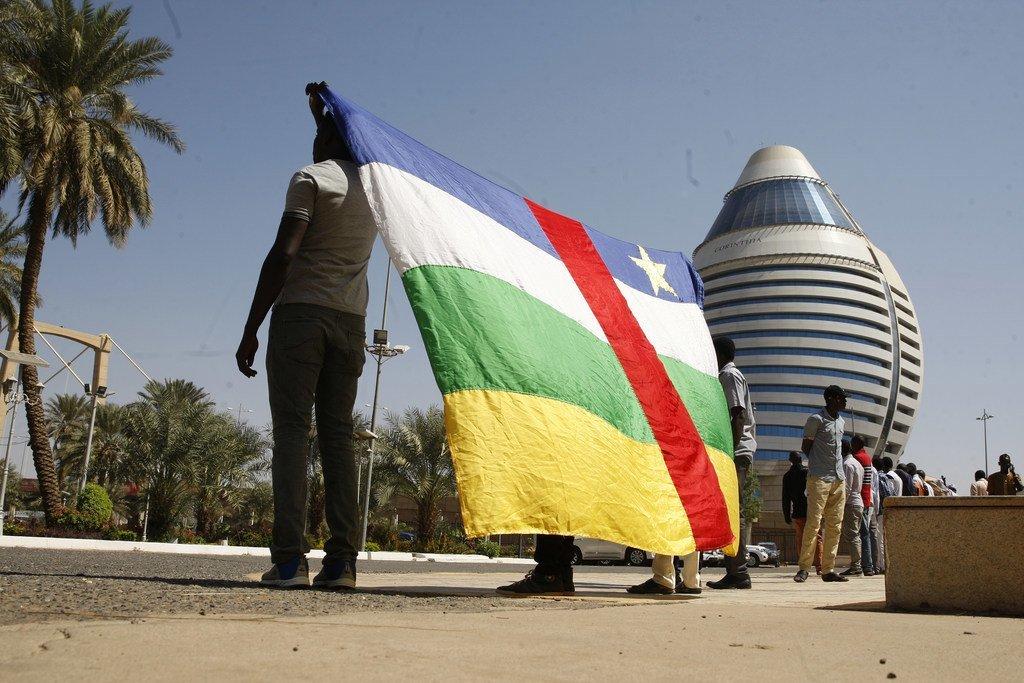 Des hommes brandissent le drapeau de la République centrafricaine (archive)