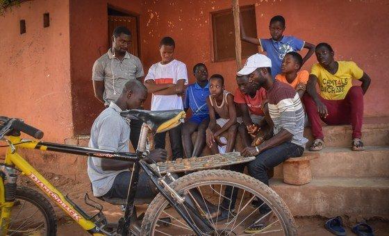 Na Guiné-Bissau, mais de dois terços da população vive com menos de US$ 2 por dia e mais de um terço enfrenta a situação de pobreza extrema.