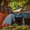 Meninos em ruas de Bissau.