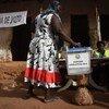 Una mujer en Guinea Bissau vota en las elecciones parlamentarias.