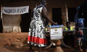 Mulher nos arredores de Bissau vota nas eleições legislativas.