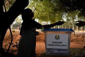 Uma eleitora deposita seu voto em eleições para a Assembleia Nacional.