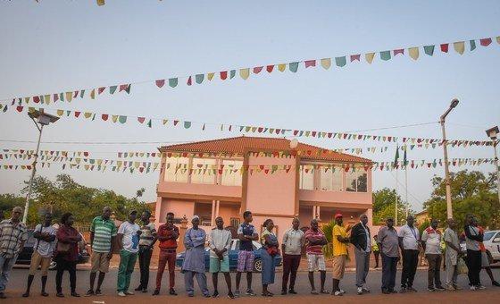 Eleitores esperam em fila para votar nas eleições legislativas de 2019 em Bissau.