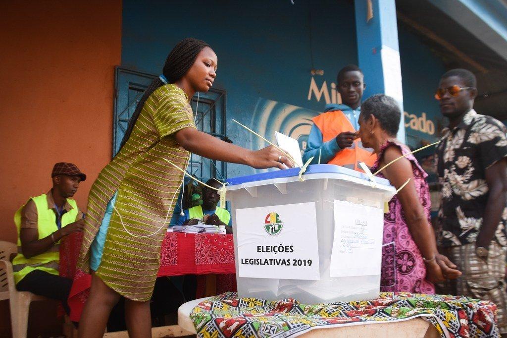 几内亚比绍成功举行全国议会选举。图为一名年轻女性选民在投票站参与投票。