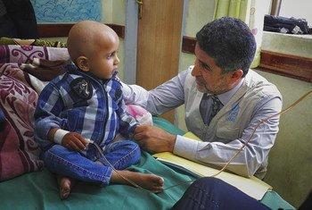 O diretor regional da Organização Mundial de Saúde, OMS, para o Mediterrâneo Ocidental, Ahmed Al-Mandhari, em visita ao Iêmen