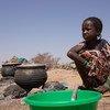 Une jeune fille devant une marmite dans un camp pour personnes déplacées à Barsalogho, dans la région du Centre-Nord, du Burkina Faso. Plus de 100.000 personnes ont été déracinées de leurs foyers en raison d'affrontements intercommunautaires.