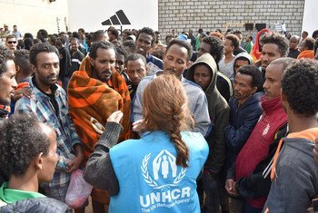 难民署工作人员在利比亚首都的黎波里郊区的一个拘留中心评估那些试图越境进入欧洲时被拦截和拘留的难民和移民的需求。
