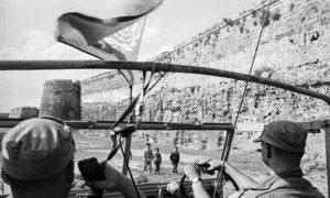 Kufuatia kuanzishwa jeshi la kulinda amani la Umoja wa Mataifa nchini Cyprus (UNFICYP) mwaka 1964, Sweden ilipeleka kikosi  kwenye kisiwa hicho kilichoko kwenye bahari ya Mediterranea.  UN Photo