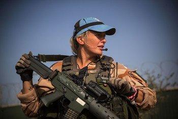 联合国马里稳定团一名来自瑞典的女性维和人员正在该国北部的通布图地区巡逻。