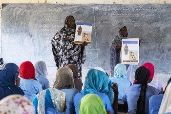 تعليم الشابات حول الحيض في فصل دراسي تدعمه الأمم المتحدة في مدينة بول في تشاد. فبراير 2019.