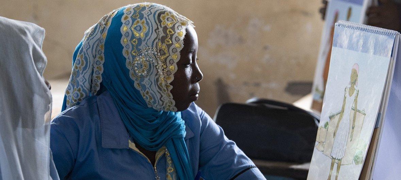 乍得一个小镇的年轻女性在联合国支持的女子班学习青春期和月经的知识。 (2019年2月图片)
