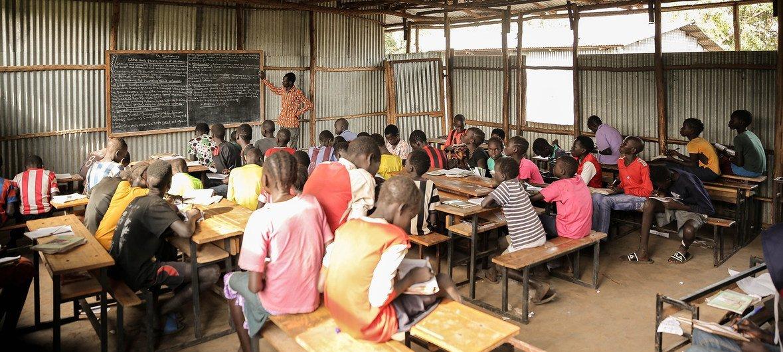 Watoto wakisoma katika shule ya msingi na sekondari  Makod katika kambi ya wakimbizi Tierkidi, jimbo la Gambella, Ethiopia.