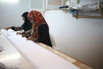 عاملات في مصنع (ريتش) في مصر وهو مشروع تجاري صغير، معظم العاملين فيه من الشابات المقيمات في الحي الذي يوجد فيه المصنع.