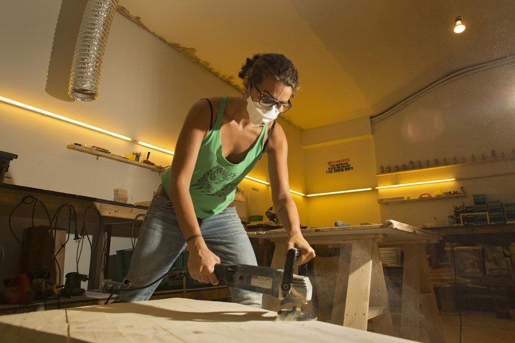 ساندي لين فنانة حرفية لبنانية تعمل في مجال الأخشاب. مثل العديد من النساء اللبنانيات المتعلمات اليوم، تعمل ساندي على خلق فرص جديدة ومبتكرة للعمل الذاتي من خلال الاستفادة من سوق لبنان المتنامي للسلع الحرفية محلية الصنع.